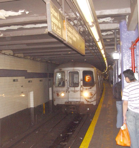 Subway-tog på Broadway-Lafayette Station, New York
