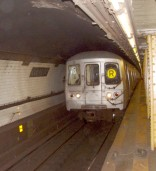 Subway-tog på Court Street Station, Brooklyn